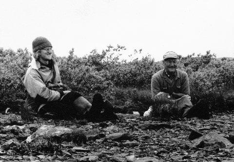 KAFFIPAUSE: Kjell Bitustøyl (til venstre) og eidfjordingen Paul Paulsen tek seg ei pause i skygninga på ein holme i Nordmannslågen, om lag 1975.