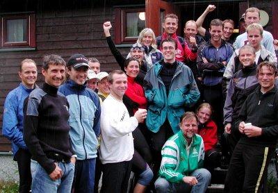 HARDHAUSER:  22 glade Vefsnhardhauser samlet på trappa på klubbhuset etter innkomst i Reinfjellmarsjen. Til sammen er det nå 29 som kan kalle seg hardhauser, og to av dem har deltatt både i fjor og i år. Det er Jostein Einrem og Yngvar Hansen, men de får ikke noen ekstra utmerkelse før de har blitt hardhauser for femte gang.  (Foto: Anne- Kristine Bastholm)