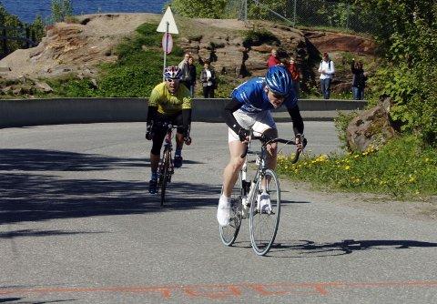 AVGJØRELSEN:  Hugo Strand (t.v.) må slippe og Olav Aleksander Benjaminsen kan juble over sin første seier i Sandnessjøen Criterium.