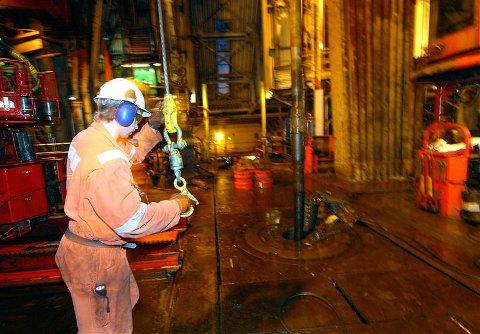 Her monteres et nytt borerør på den allerede 700 meter lange borestrengen på «Polar Pioneer». I løpet av tre uker skal ENI ned til 2.200 meter under havets overflate. Begge foto: Allan Klo.