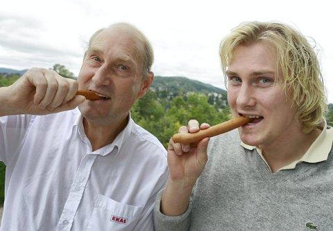 FAR OG SØNN: Sverre (t.v.) og Per Ekås har alt klart til å levere pølser fra og med fredag denne uken. ¿ Klart det ligger mye idealisme bak det her. Vi har det i hvert fall innmari moro, forteller de.