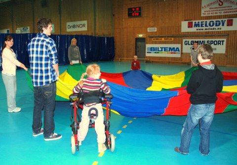 FALLSKJERM: Morsomme aktiviterer med den første og yngste gruppa, her holder de på med noe som heter «fallskjerm».
