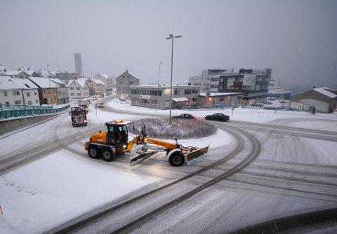 BRØYTING: Brøytemannskapene hadde en stri tørn mandag og tirsdag. Her fra rundkjøringa i Hansjordnesbukta i Tromsø sentrum.
