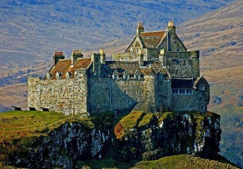 SKOTTLAND: Rebecca skal blant annet til Skottland i sommer. På bildet er Duart slott på Hebridene. FOTO: Kirsti Jareg/ Boka øyene i vest