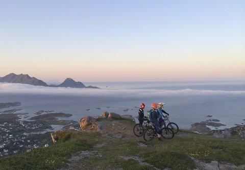 Over Ballstad. Det er spektakulært og storslått i Lofoten. Den som har gått fjellturer her har latt seg imponere. Nå kan du også sykle i fjellet.