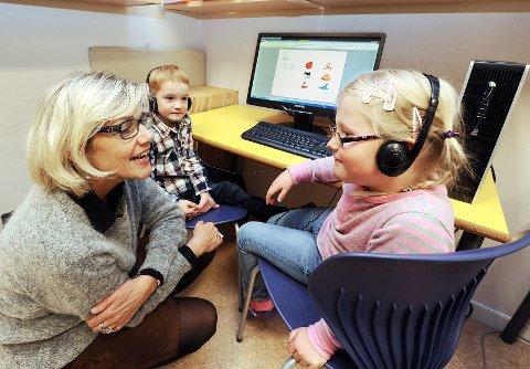 LYTTER PÅ LYDER: Benjamin og Jenny er blant de 34 førsteklassingene på Kjørbekkhøgda barneskole som tre-fire ganger i uka lærer seg bokstaver og ord ved hjelp av en snakkende datamaskin. Metoden «Skrive seg til lesing» gjør at elevene knekker lesekoden raskere, sier spesialpedagog Ingeborg Due Tønnessen.FOTO: INGE FJELDDALEN