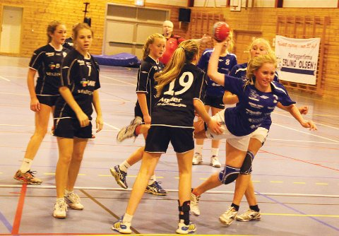 Andrea Aanestad bryter seg gjennom Grimstads forsvar, og scorer ett av sine 4 mål.