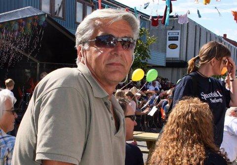 BLE REVET MED: Korpsveteranen Bjørn Milde fra Sandnessjøen er på besøk i Brønnøysund under Torghattfestivalen og ble virkelig revet med av de latinamerikanske rytmene.