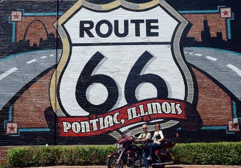 I Pontiac, Illinois, ligger ett av mange Route66-museum - samt denne heldekorerte veggen paret poserer foran.