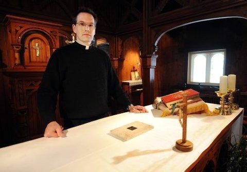 - UNDERLIG: Pater Reidar Votih ved Vår frues kirke i Porsgrunn synes det er underlig at kirken ikke har et relikvie nedfelt i alteret. Her viser han frem relikviet som menigheten har fått låne av den katolske biskopen.