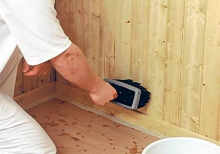 Hvite og lyse vegger kan være både praktisk og pent, ikke minst på hytta. Men hva er egentlig best: lakk, beis eller lut?
