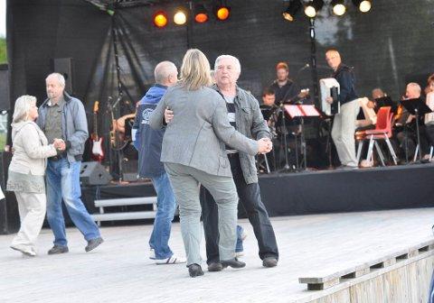 DANSEGLADE: Dansegulvet på Glatved brygge ble etter hvert fylt opp av danseglade ringerikinger.