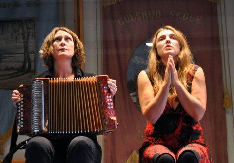Ina Kristine Hove (t.v.) og Astrid Nordang hadde litterært tablå med dikt av Pier Paolo Pasolini på norsk og italiensk
