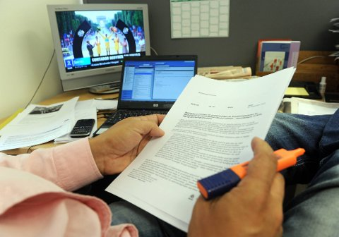 Det kan nok være litt mer avslappende å jobbe hjemme, men en ny undersøkelse viser at vi faktisk jobber mer når vi fjernjobber.