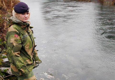 Her ble Alice Asplund (23) beordret av sin offiser om å bade naken.