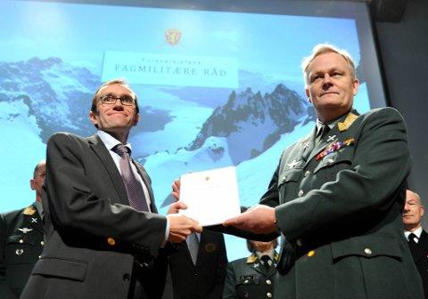 Forsvarssjef Harald Sunde overleverte sin rapport til forsvarsminister Espen Barth Eide.