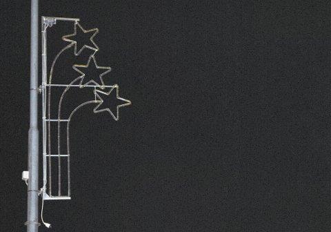 Juledekorasjonen som henger på lyktestolpene gjennom Prestfoss sentrum er helt mørke når kvelden kommer. Men julegata er ikke avlyst forsikrer Bård Sverre Fossen i Sigdal handelslag. Lysene kommer, og 18. desember tennes ei stor julegran ved Sigdalsenteret.