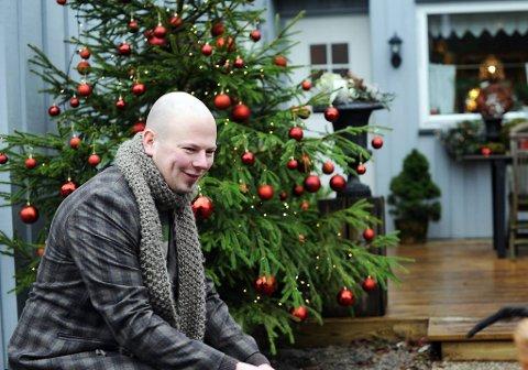 Et utejuletre er et must for Jon Ånund Aslaksen, og det må være fullt av julekuler, og helst lys, synes stylisten.