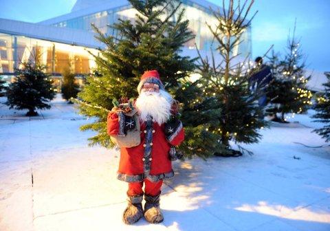 Den norske opera er klar for julefeiring. Julenissen er på plass.