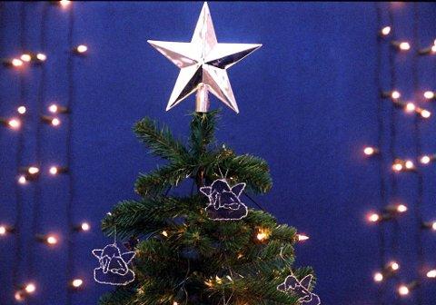 Skal du på juleferie, bør du slå av alt julelys. Da reduserer du brannfaren og sparer strøm.