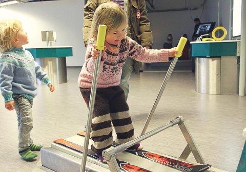 unna i bakken: Med viftevind i håret opplever barna i Polarhagen barnehage hvordan det er å stå på ski i nedoverbakke.