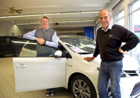 ØKT HYBRIDSALG: Daglig leder Henrik Slettum (til venstre) og salgskonsulent Svein Gjevikhaug på Tynset konstaterer at Toyota Slettum Bil nå selger flere nye hybridbiler enn vanlige biler. Hybridstasjonsvogna har også gjort sitt inntog. (Begge foto: Tonje Hovensjø Løkken)