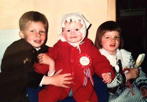 Storebror: Jonas med søstrene Astrid Mathilde og Aurora i finstasen.   Foto: privat