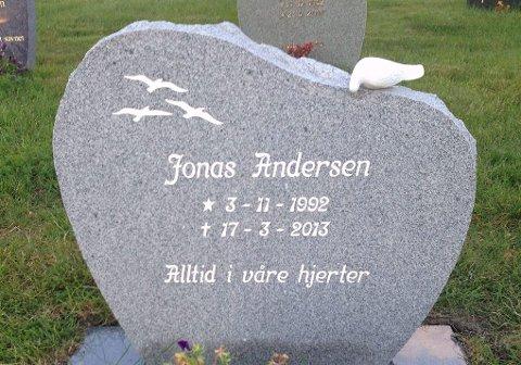 Alltid i våre hjerter: Jonas Andersen er gravlagt i Burfjord. ? Der har jeg mine røtter, pleide han å si.