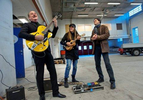 underholdningsindustrien: Eldar Vågan, Ronni Le Tekrø og Bjørn Berg demonstrerte julerockrepertoaret på Toten Cellulose.