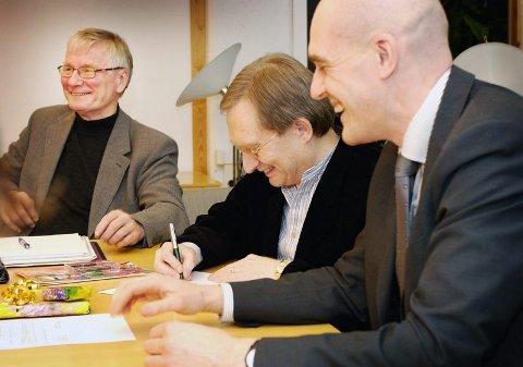 SIGNERTE AVTALE Dekan Rold Gaasland ved Humanistisk Fakultet ved UiTø (t.h.) og daglig leder Terje Antonsen ved Kvensk institutt undertegner intensjonsavtale om samarbeid.