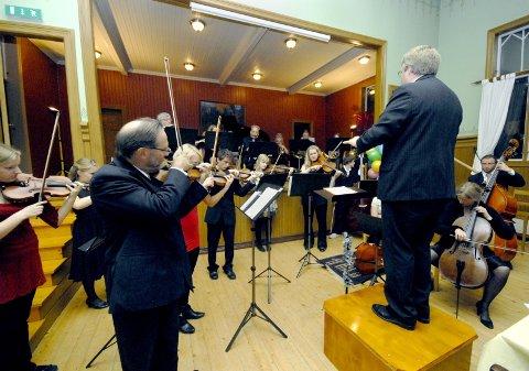 UNDERHOLDT: Bursdagsbarnet Trond Wika sto selv for underholdningen av sine gjester på Ungdomslokalet i Mosjøen, da han framførte tre flotte musikkstykker sammen med Mosjøen Orkesterforening.