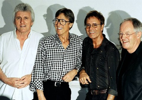 Cliffer'n kommer til Norge, sammen med gode gamle Shadows. Fra venstre Bruce Welch, Hank Marvin, Cliff Richard og Brian Bennett.
