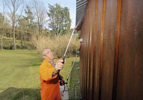 - Regelmessig husvask forlenger maleintervallene og forhindrer skader på treverket og malingsfilmen, sier overingeniør Sverre Markussen i Jotun..