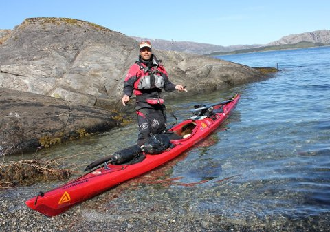 STRANDHOGG: Erik B. Jørgensen gjorde strandhogg i Ura utenfor Sandnessjøen i helgen.