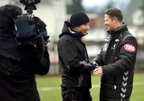 Cato Guntveit hilser på sinn gamle sjef, Brann-trener Rune Skarsfjord.