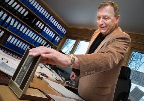 TRADISJONELLE VERDIER: Jan Blomseth foretrekker fasttelefon og gammeldags telefonregister.