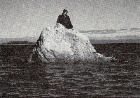 Samler: Richard Bergh skrev ned historiene om Johan Kaaven. Her fotografert på Kaaven-steinen. Foto: Finnmark Dagblad