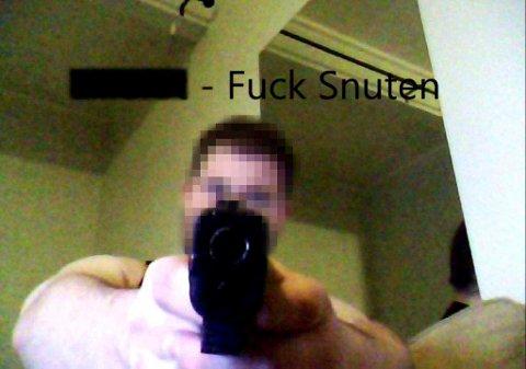 Den siktede 22-åringen er blant annet tidligere dømt for trusler med pistol. Her et bilde han har lagt ut på internett.