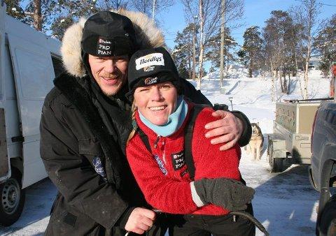 KLAR FØR START Hundekjører Nina Skramstad fra Hadeland får råd og hjelp av samboer Lars Monsen før start i Finnmarksløpet.