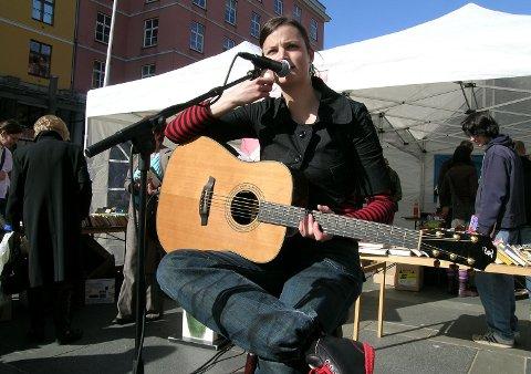 Karin Park opptrådte på Torgallmenningen i anledning Verdens bokdag. Inntektene fra boksalget gikk til Kirkens bymisjon (24.04.2006).