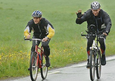 FULLFØRTE:  Langt bak i feltet lå Jostein Wie (t.v.) og Roy Einar Pedersen og var fornøyd med det.
