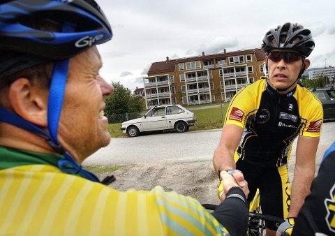 Strand gratuleres av Mosjøen-syklisten Tor Arne Bonsaksen. Sistnevnte ble toer etter Strand på lørdagens Spenst-tempo. Foto: Øyvind Bratt