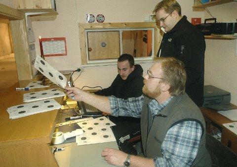 ARRANGØRENE: Her er noen av arrangørene i arbeid. Ved datamaskina Pål Steffenrem, Ømmervatn mens Jørn Olsen, Drevja tolker skivene. Bak står Gjermund Svartvatn, Ømmervatn.