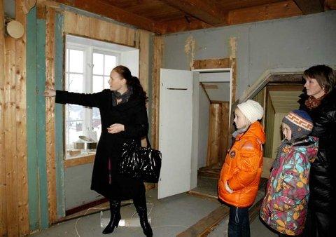 Likte grønt: Gillian Hockly kunne fortelle at Thor Heyerdahl hadde en forkjærlighet for grønt, og kanskje var det denne fargen på rommet da han bodde der. Til høyre Signe og Maria Olsbø og mamma Pernille Schønsby