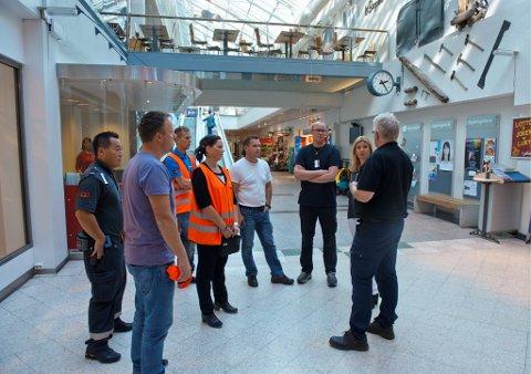 PEP-TALK: Innsatsgruppa evaluerer øvelsen som bje gjennomført på CC Gjøvik onsdag ettermiddag.