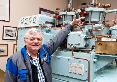 Pensjonist Svein Gunnar Oppedal leder et historieprosjekt om motorfabrikken. Denne tosylindrete motoren har vært nødstrømsaggregat i et offentlig tilfluktsrom på Nordnes fra 1953 ? 1994, forteller Oppedal. Motoren er en gave fra Bergen kommune.