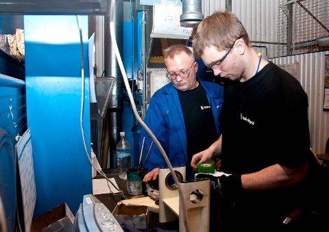 Rune Meland ser til at industrimontørlærling Simen Thorstensen monterer vippetøyet riktig.
