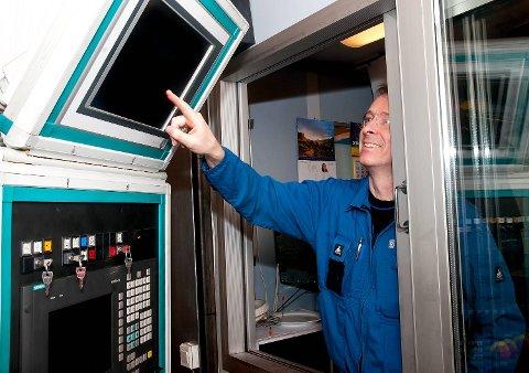 Maskinarbeider Kenneth Selstad styrer en enorm fresemaskin ved hjelp av en avansert datamaskin.