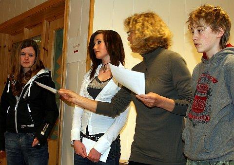 SKREIV TIL TUSEN. Synne Haga Lindvik, Elise Meling Meland og Tor Einar Lothe fekk kvar sin sjekk for god stilskriving. Ingvild Kvestad delte ut.
