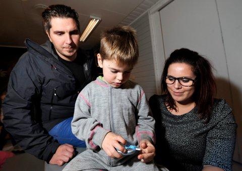 diabetes: Sicilia Fernanda Gullesen og Robin Hagen er kritisk til Legevakta som avviste dem da de ba om hjelp til sønnen Sakarias, som hadde hatt 30 i blodsukker over en lengre periode. Foreldrene visste ikke hvor farlig det var, men det mener de fagpersonene på legevakta burde.